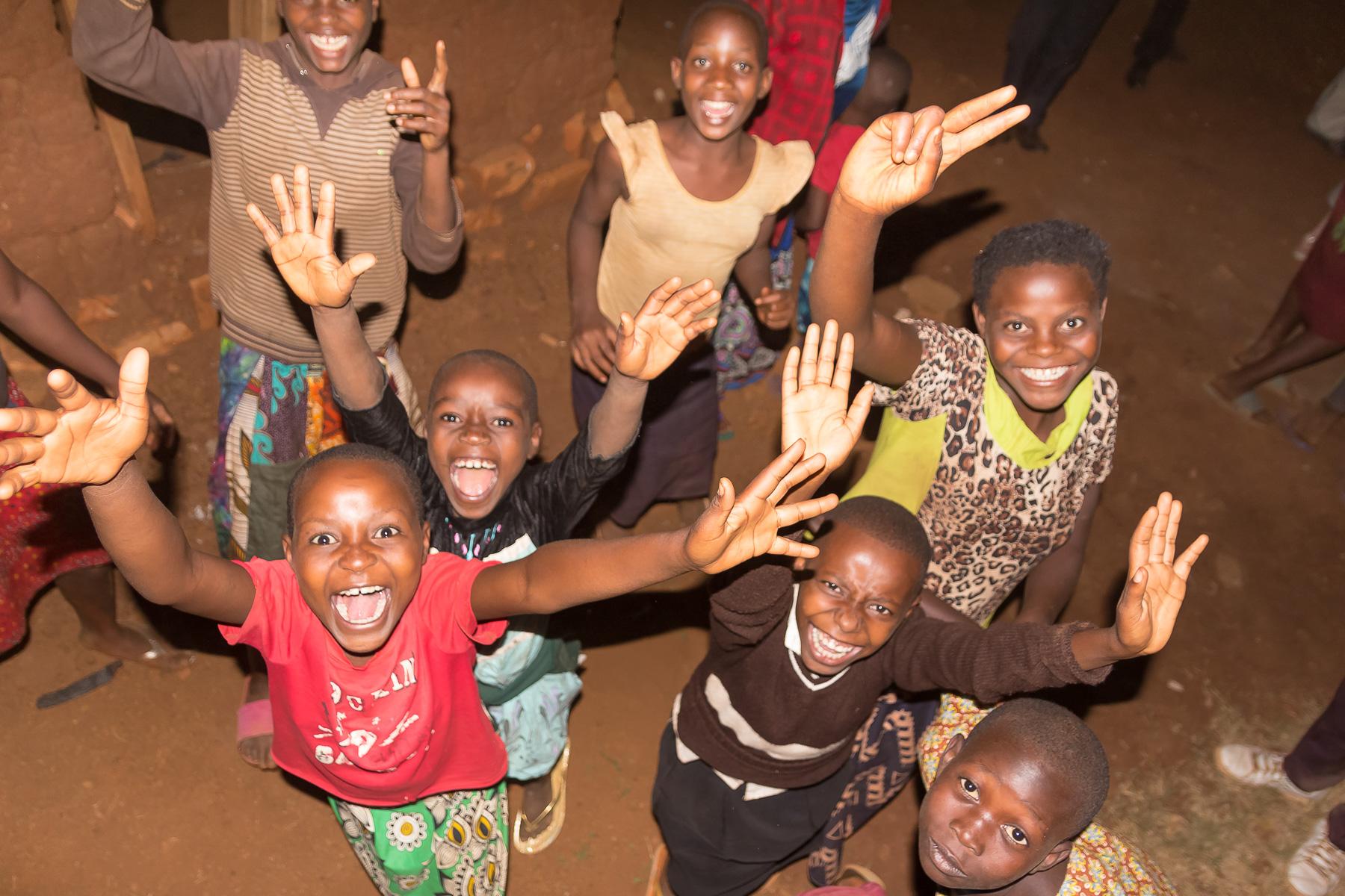 Ruandische Kinder begrüßen uns